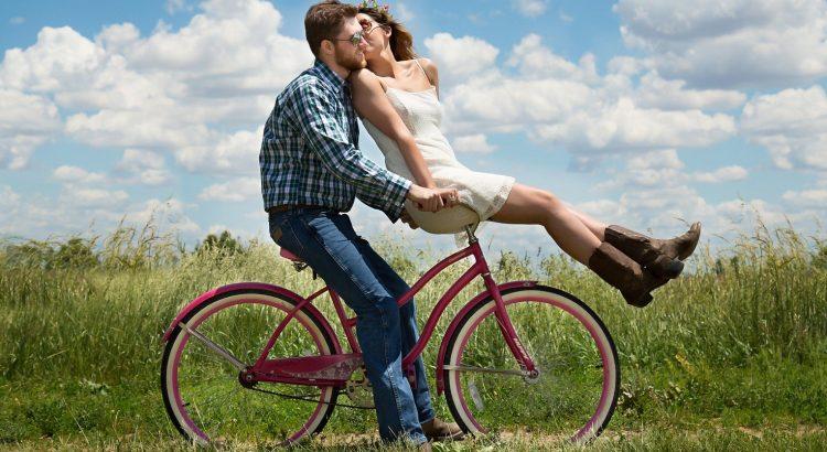 Paar auf Fahrrad - Titel für Partnerschaft